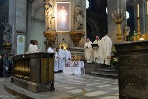 Mgr Cattenoz entouré de prêtres pour le dimanche de la Divine Miséricorde à l'église Saint-Sulpice