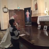 Misericorde-Divine-veillee-le-Chesnay-adoration