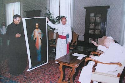 Le pape Jean-Paul II bénissant l'image de Jésus Miséricordieux pour le sanctuaire d'Atok au Cameroun
