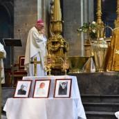 Mgr Rey avec les reliques - Fête de la Miséricorde Divine 2016