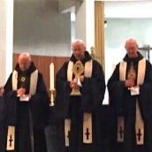 Les prêtres de l'abbaye présentent les reliques