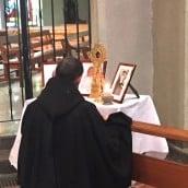 Le Père Thierry prie devant les reliques