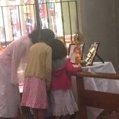 Les familles vénèrent les reliques
