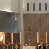 Les reliques ont été exposés sur l'Autel pendant la messe