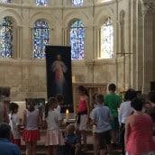 Vénération des reliques avec des nombreux enfants