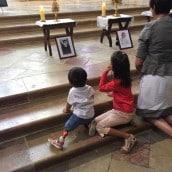Les enfants vénèrent les saints