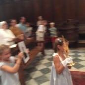 Des enfants portent les  reliques : une petite fille pour sainte Faustine