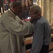 Gérard reçoit la bénédiction de Mgr Dufour