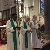 Les prêtres présentent les reliques à la vénération des fidèles