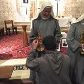 Le Père Jean-Emmanuel vénère les reliques