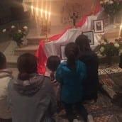Des enfants vénèrent les saints