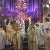 Le Vicaire Général, Père Jea-Marie Gérard présente les reliques à la vénération