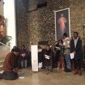 Les jeunes à genoux devant Jésus