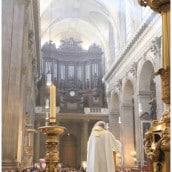 Le Père Guy Gilbert prêche devant l'église remplie