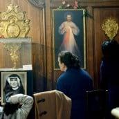 Dans la chapelle de la Miséricorde une fidèle prie sainte Faustine